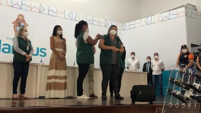 Profissionais da saúde são vacinadas no primeiro dia da campanha em Manaus — Foto: Matheus Castro/G1