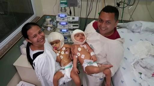 Pais com as gêmeas que nasceram unidas pela cabeça após cirurgia de separação em Ribeirão Preto — Foto: Divulgação/HC-RP