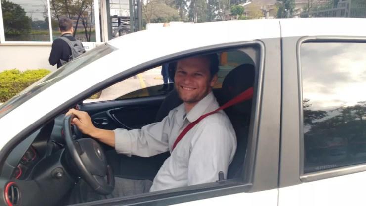 Antonio Gonçalves, motorista dos aplicativos Uber, Cabify e 99, vai fazer mais corridas para compensar alta de custo (Foto: Marina Gazzoni/G1)
