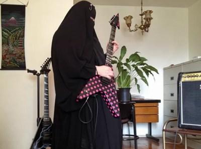 Gisele Marie em sua casa, ensaiando em sua guitarra customizada (Foto: Giovana Sanchez/G1)