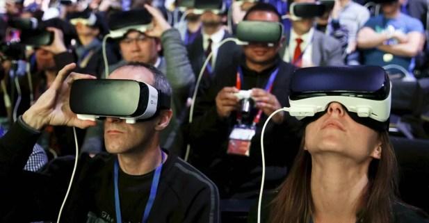 Plateia usa óculos Samsung Gear VR na cerimônia de lançamento do novo smartphone S7 e S7 edge no Congresso Mobile World em Barcelona, na Espanha (Foto: Albert Gea/Reuters)