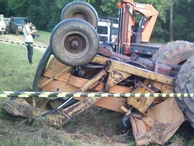 Trator tombou em fazenda de Ponta Grossa (Foto: Alceu Nievola/RPC)