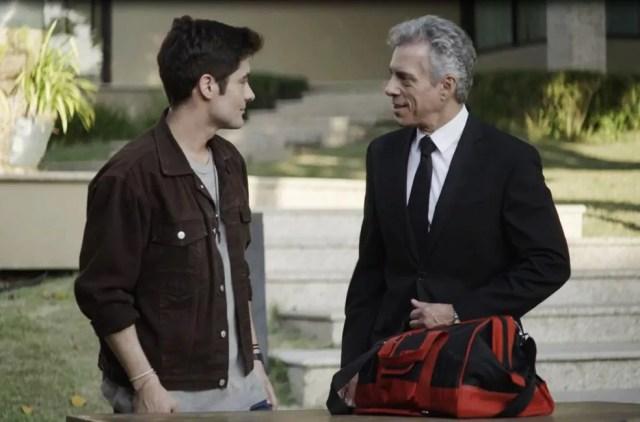 Mão Santa (Guilherme Leicam) entra na casa família Guedes com ajuda de Cosme (Oswaldo Mil) em 'A Dona do Pedaço' — Foto: Globo