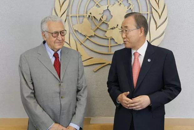 Lakhdar Brahimi (esq.), novo mediador da Síria, se encontra com o secretário-geral da ONU Ban Ki-moon besta sexta (24) (Foto: AP)