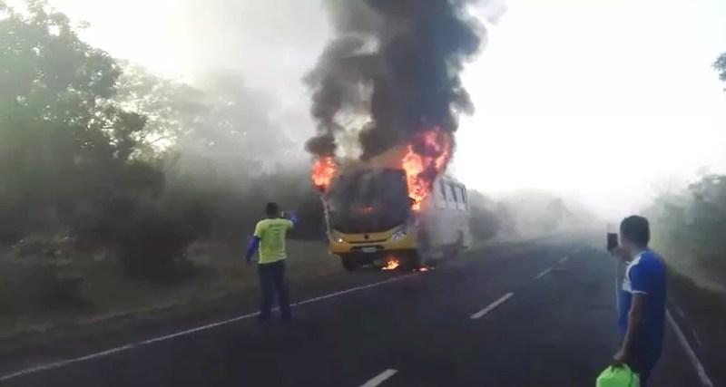 Ônibus escolar da cidade de Alto Longá - Piauí teve pane elétrica na rodovia PI-451 — Foto: Reprodução