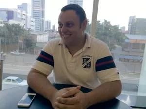 Camilo Lins conta que instalação de aerogeradores 'salvou' fazenda de ser vendida em Parazinho, RN (Foto: Felipe Gibson/G1)