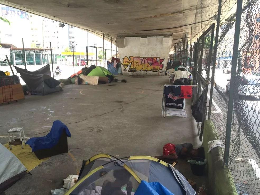 Quadra de futebol agora abriga moradores de rua no Centro de São Paulo (Foto: Will Soares/G1)