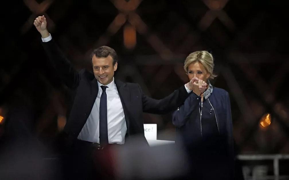 Emmanuel Macron e sua esposa, Brigitte Trogneux, comemoram vitória perto do Louvre (Foto: Christian Hartmann/Reuters)