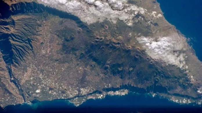 O vulcão, que estava adormecido há décadas, deu sinais de atividades sísmicas.  — Foto: Nasa