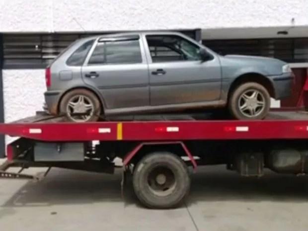 Carro em que os suspeitos estavam foi apreendido (Foto: Reprodução/TV TEM)