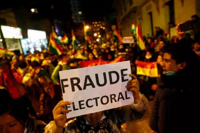 Manifestantes tomam as ruas de La Paz para denunciar 'fraude eleitoral' nesta sexta-feira (25) após apuração indicar vitória de Evo Morales nas eleições presidenciais da Bolívia — Foto: Kai Pfaffenbach/Reuters