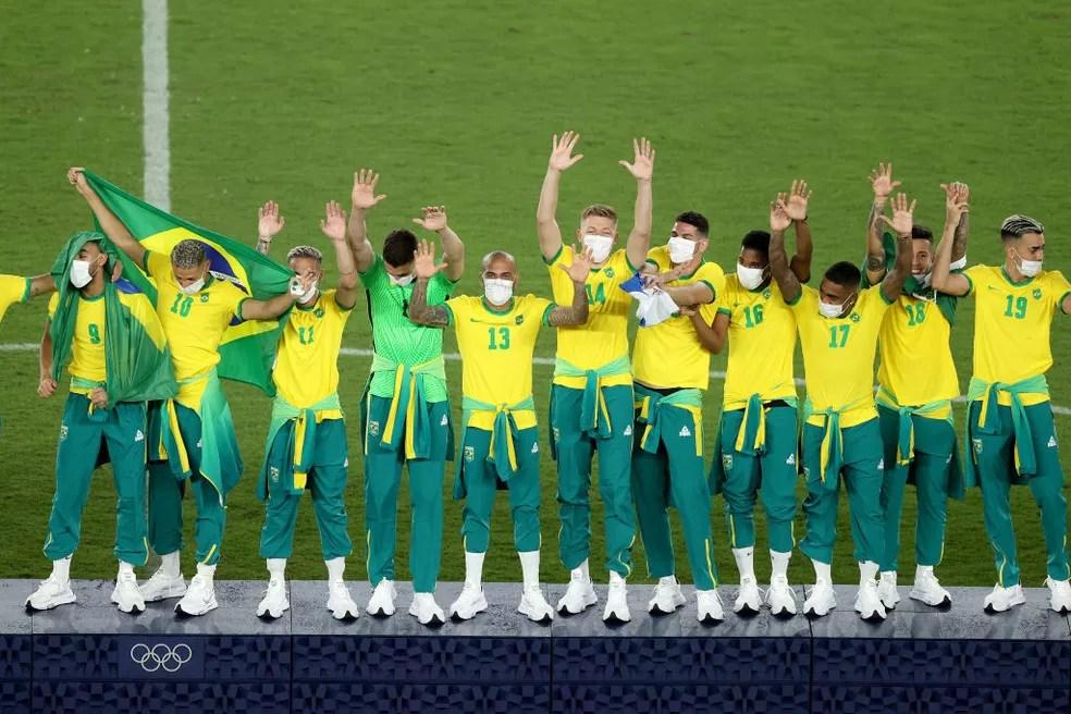Jogadores da seleção brasileira comemoram a medalha de ouro no futebol dos Jogos de Tóquio — Foto: Getty Images