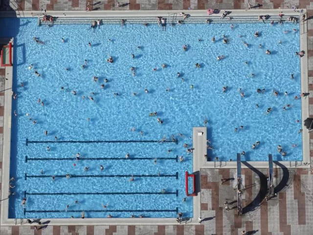 Vista aérea de uma piscina cheia de banhistas em Haltern, na Alemanha (Foto: Ina Fassbender/Reuters)