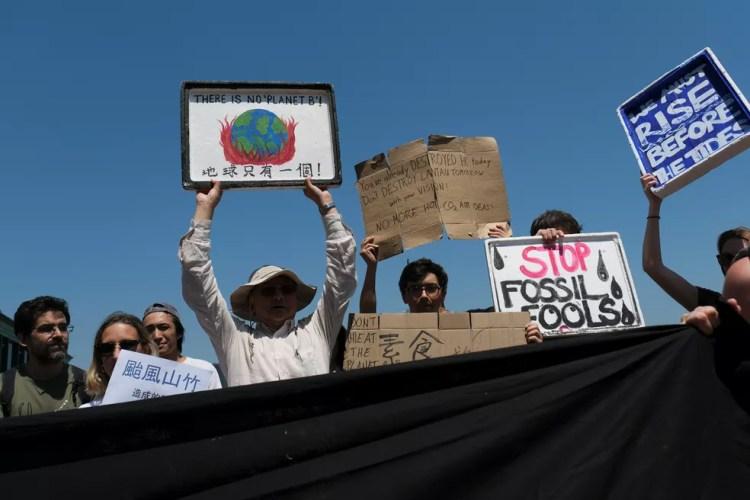 Manifestantes em protesto da greve global pelo clima em Hong Kong nesta sexta-feira (20) — Foto: Tyrone Siu/Reuters
