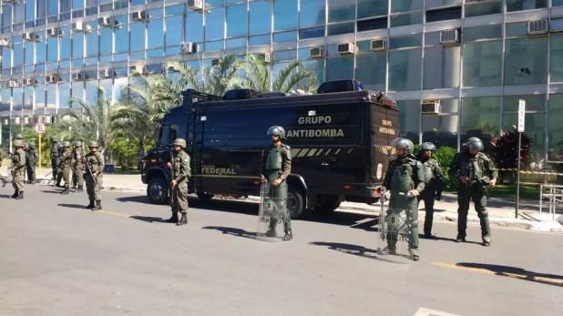 Exército fazendo barreira em frente a prédio de ministério (Foto: Beatriz Pataro/G1)