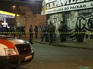 Oito pessoas morrem depois de serem baleadas na sede da Pavilhão 9, na Ponte dos Remédios, em São Paulo, SP, na noite deste sábado (18) (Foto: Edison Temoteo/Futura Press/Estadão Conteúdo)