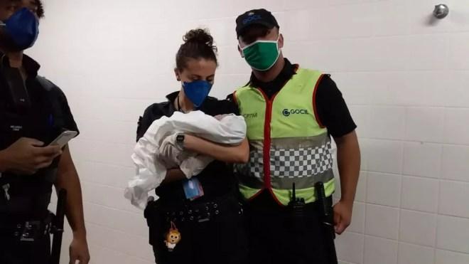 PM posa com agente da CPTM após dar auxiliarem parto em estação de trem da CPTM na noite de sexta-feira (5) — Foto: Divulgação/CPTM