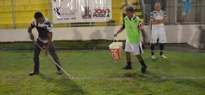 Betinho, carregando balde, Graça, Santa Cruz-PB x Treze (Foto: Hévilla Wanderley / GloboEsporte.com/pb)