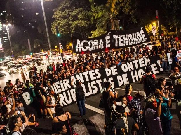 Indígenas se reúnem no vão livre do Museu de Arte de São Paulo (MASP), na Avenida Paulista, em São Paulo, nesta sexta-feira (14), para ato em homenagem ao Dia Internacional dos Povos Indígenas (Foto: Dario Oliveira/Código 19/Estadão Conteúdo)