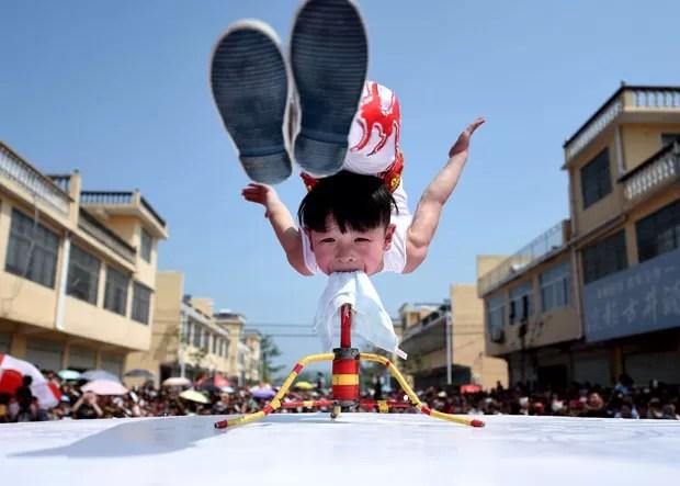 Menino de seis anos fez acrobacia incrível em festival na China (Foto: China Daily/Reuters)
