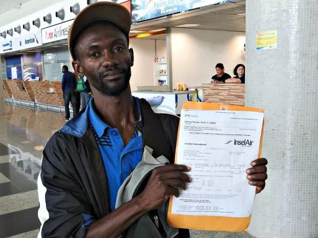 Haitiano Jocelyn se diz prejudicado por falhas em companhia aérea  (Foto: Ive Rylo/G1 AM)