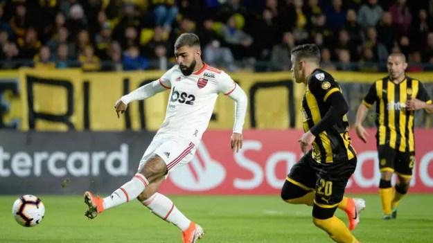 Gabigol perdeu quatro chances claras contra o Peñarol