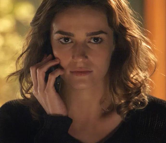 Sofia conversa com Jacaré no telefone (Foto: TV Globo)