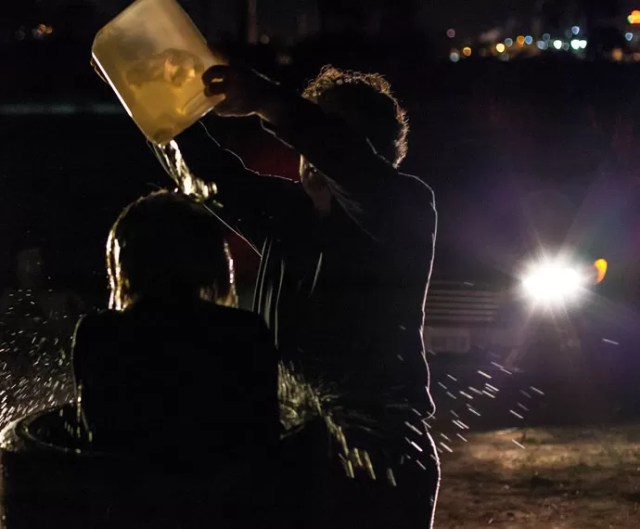 Osvaldo joga gasolina em Inês (Foto: Artur Meninea/Gshow)