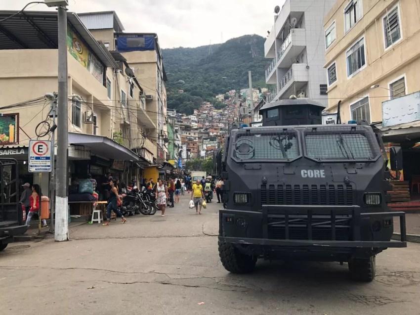 Blindado em entrada da comunidade da Rocinha. Forças de segurança fazem operação no local (Foto: Carlos Brito/ G1)