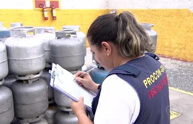 Procon autuou 8 distribuidoras por alto preço do gás de cozinha Goiânia Goiás (Foto: Reprodução/TV Anhanguera)