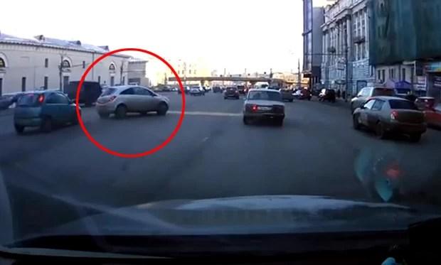 Motorista derrapou com o carro, mas conseguiu estacionar o carro perfeitamente ao lado da calçada (Foto: Reprodução/YouTube/SportN247)