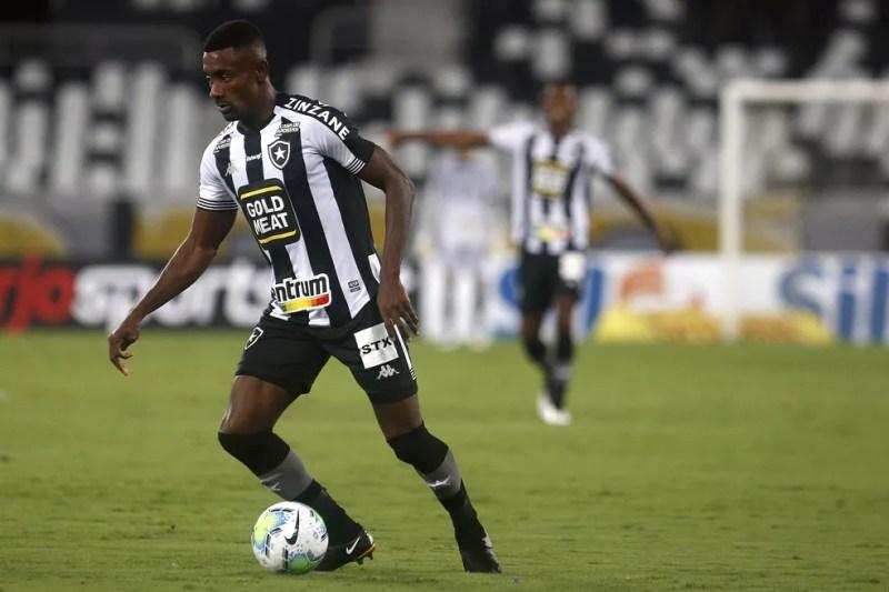 Kalou perdeu três grandes chances no primeiro tempo e não evitou a derrota alvinegra — Foto: Vitor Silva/Botafogo