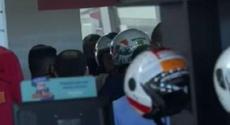 Presidente Jair Bolsonaro (de capacete branco) sem máscara em loja de moto no DF — Foto: Reprodução/TV Globo