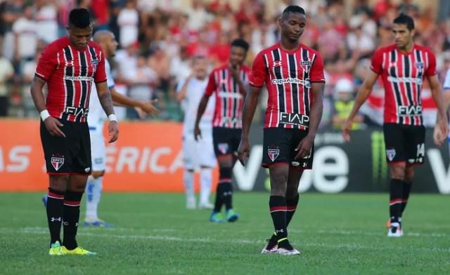 Jogadores cabisbaixos São Bento x São Paulo (Foto: Marcos Bezerra/Futura Press/Estadão Conteúdo)