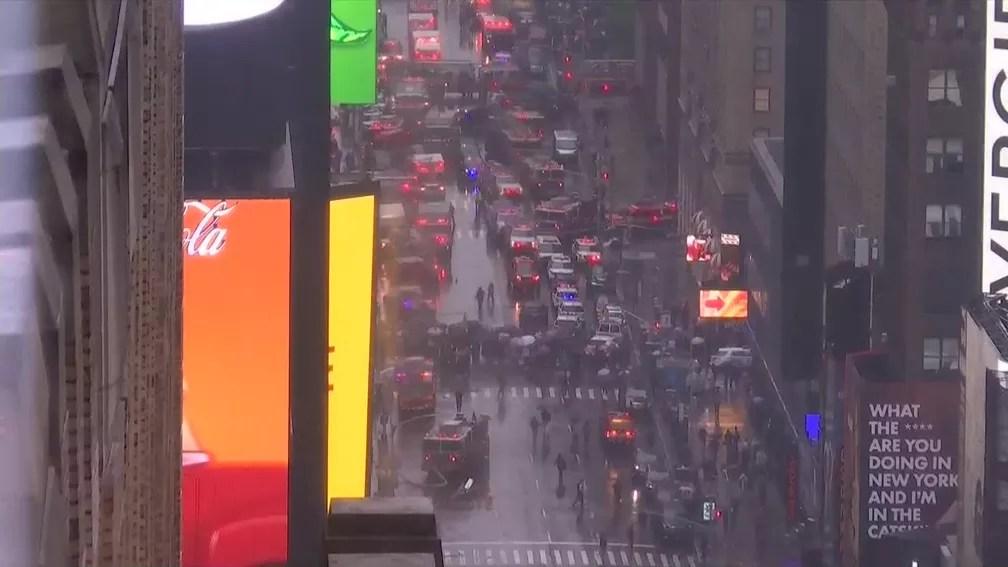 Helicóptero fez pouso de emergência sobre prédio em Manhattan — Foto: Reprodução/Globonews