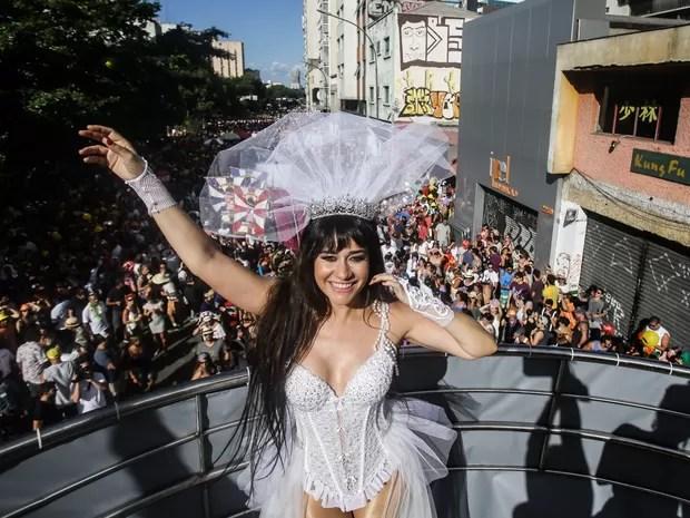 A atriz Alessandra Negrini, rainha do bloco Acadêmicos do Baixo Augusta, anima foliões na Rua da Consolação, na região central de São Paulo (Foto: Gabriela Biló/Estadão Conteúdo)