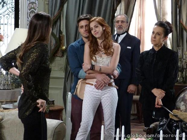 Natasha tem o apoio de Lídia e Rogério para enfrentar Leila (Foto: Amor à Vida / TV Globo)