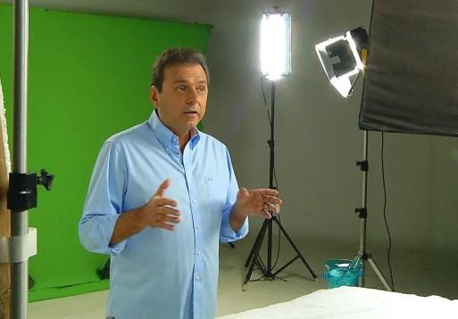 Carlos Eduardo (PDT) gravou programa eleitoral nesta sexta-feira (24), em Natal (Foto: Reprodução/Inter TV Cabugi)