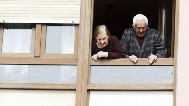 Muitos lares de idosos fecharam as portas para visitantes durante a pandemia — Foto: Getty Images