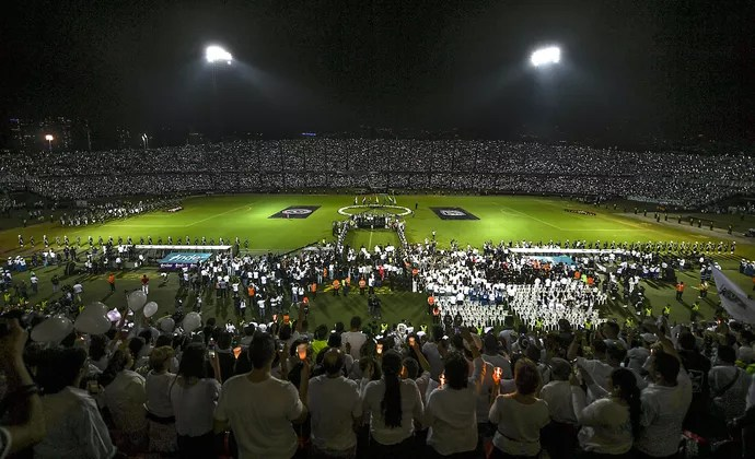 Estádio Medellín homenagem Chapecoense (Foto: LUIS ACOSTA / AFP)