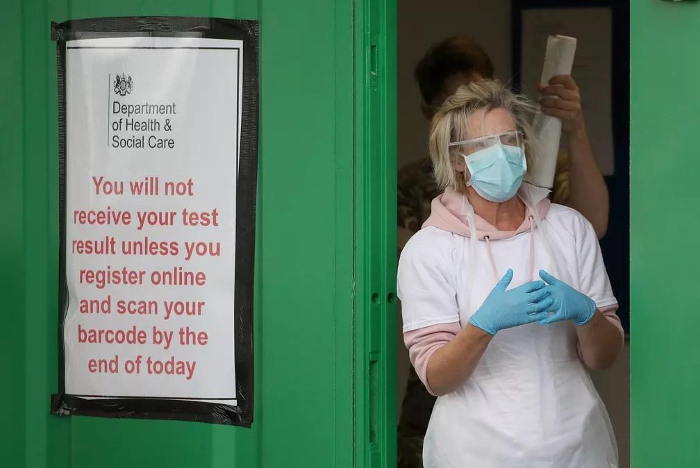 Funcionária do serviço de saúde do Reino Unido em centro de testes para o coronavírus no Aeroporto de Glasgow, na Escócia — Foto: Andrew Milligan/Pool/Reuters