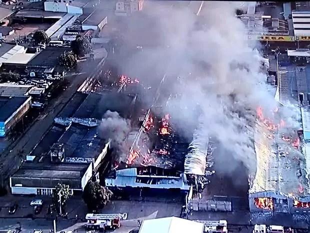Imagem aérea de imóveis atingidos por incêndio em Taguatinga, no DF (Foto: TV Globo/Reprodução)