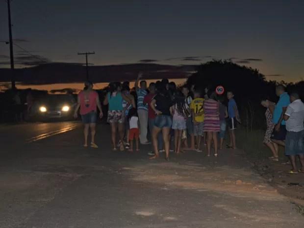 Moradores reivindicam iluminação e mais segurança no local (Foto: Aline Nascimento/G1)