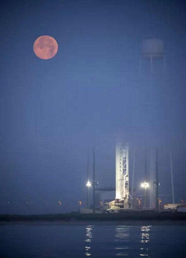 Amanhecer deste sábado (12) em Virginia, Estados Unidos, onde está a base de lançamento de onde vai decolar o foguete Antares, em direção à Estação Espacial Internacional (Foto: Bill Ingalls/AFP/Nasa)