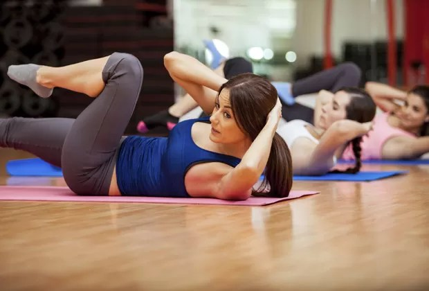 Abdominais tonificam os músculos, mas não vão fazer sumir a gordura que recobre o abdômen (Foto: Think Stock)