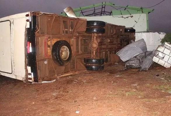 Ônibus tombou pela força dos ventos em Ponte Serrada, no Oeste catarinense (Foto: Rádio Nambá/Divulgação)