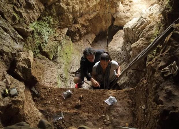 Pesquisadores Tom Higham e Katerina Douka selecionam amostras para datação  (Foto: Thomas Higham/Divulgação)