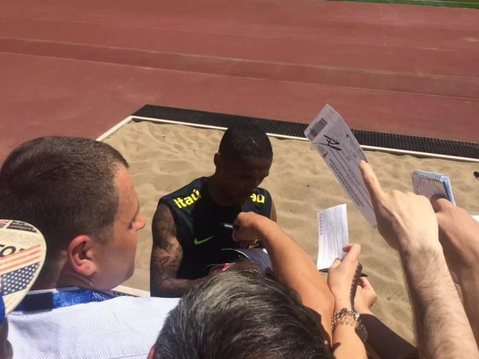 Douglas Costa concede autógrafo aos torcedores no fim da atividade (Foto: Edgard Maciel de Sá / GloboEsporte.com)