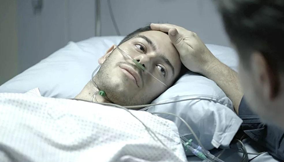 Vinícius (Antonio Benicio) fica em estado grave após levar um tiro em 'Amor de Mãe' — Foto: Globo