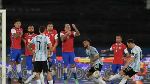 Messi bate falta para abrir placar em Argentina x Chile